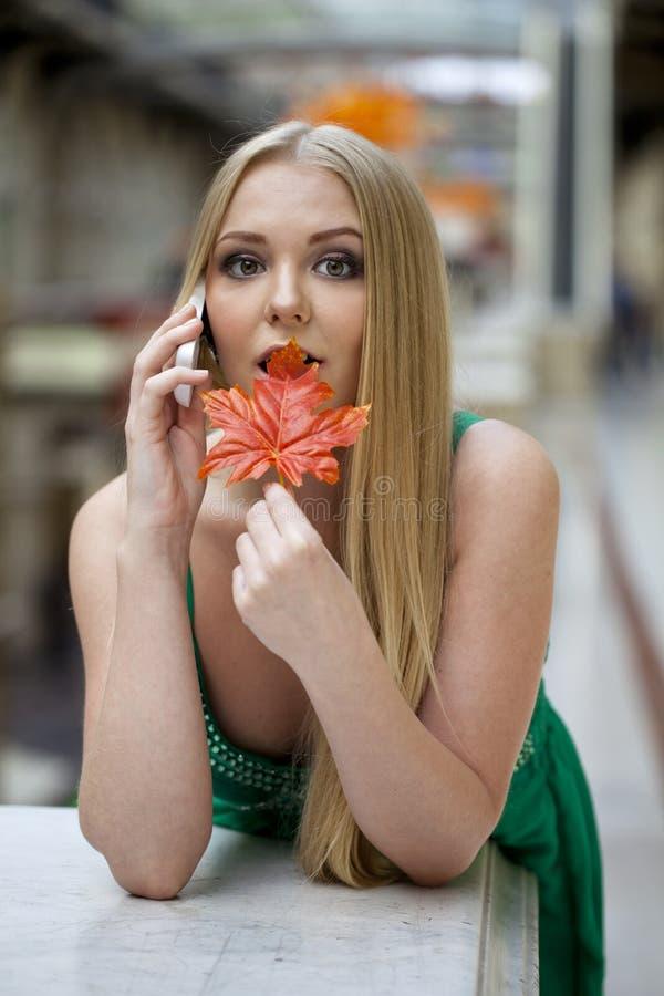 Gelukkige mooie vrouw die telefonisch roepen stock foto's