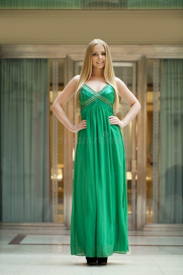 Gelukkige mooie vrouw in een lange groene kleding royalty-vrije stock foto