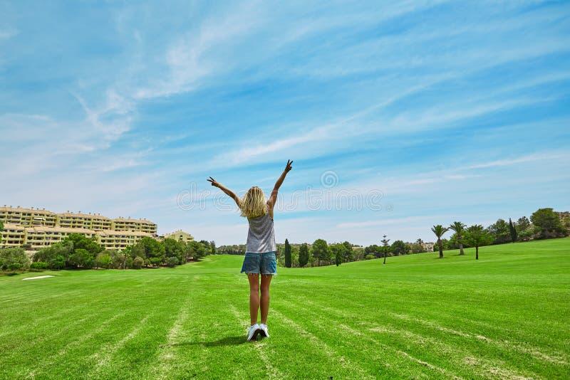 Gelukkige mooie vrouw in golfcursus stock foto