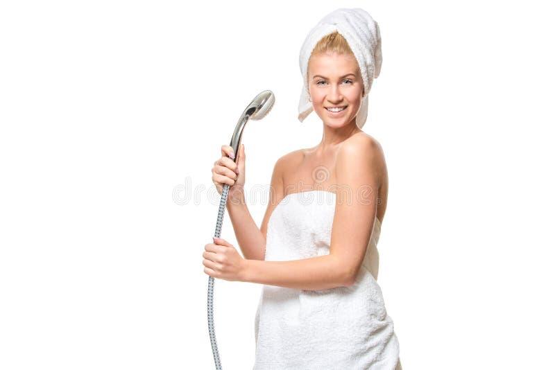 Gelukkige mooie vrouw in handdoek die gebruikend douche die pret hebben zingen royalty-vrije stock foto's