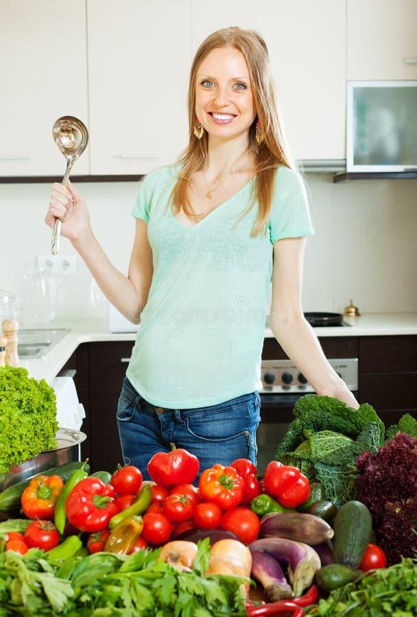 Gelukkige mooie vrouw met groenten royalty-vrije stock afbeeldingen