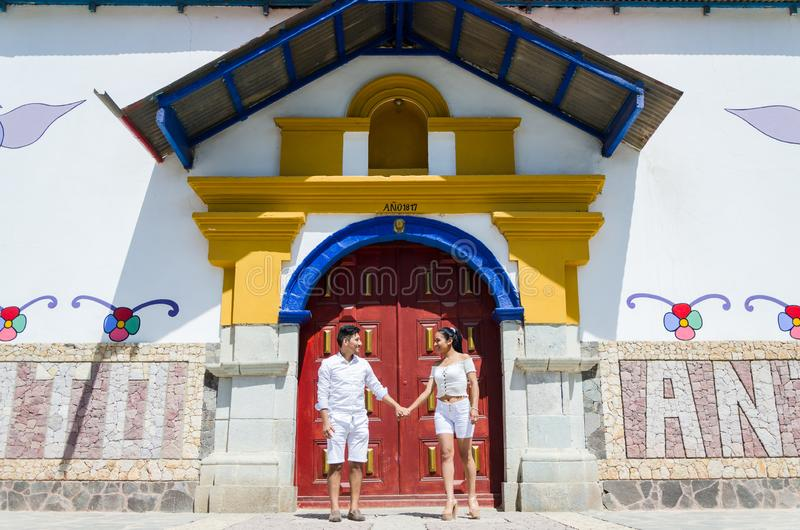 Gelukkige mooie vrouw met haar vriend die elkaar bij de deur van de kerk van Antioquia-het oosten van Lima bekijken royalty-vrije stock fotografie