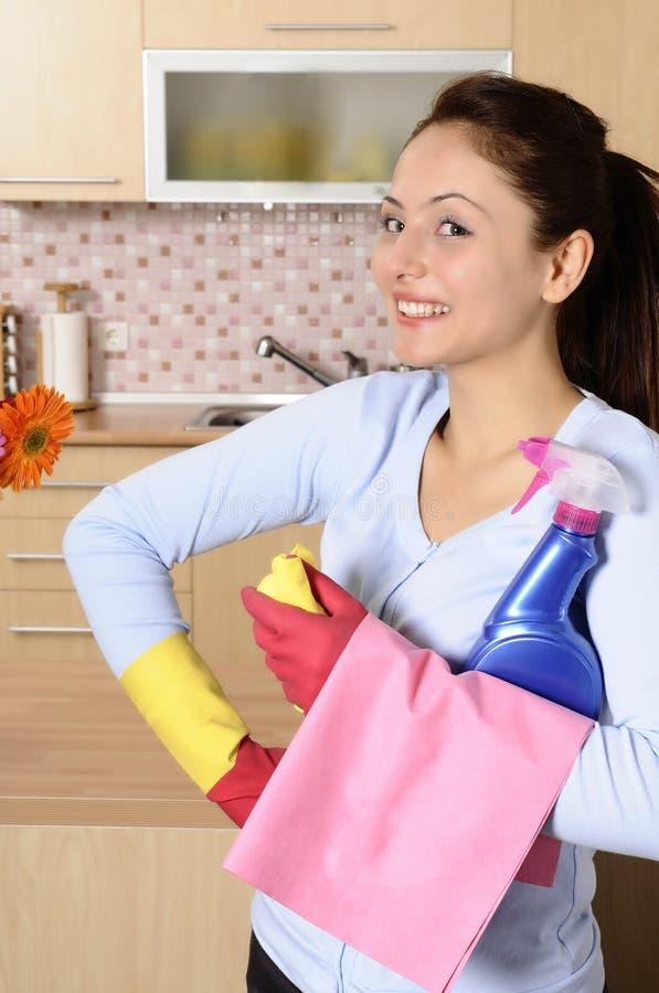 Gelukkige mooie vrouwen na het schoonmaken van het huis for Camera schoonmaken