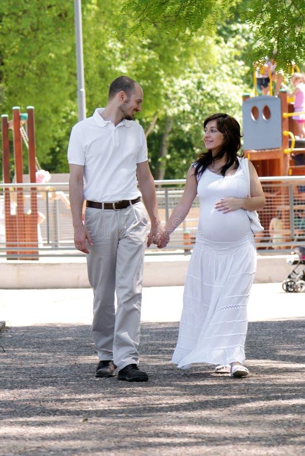 Gelukkige mooie zwangere vrouw en haar echtgenoot stock afbeeldingen