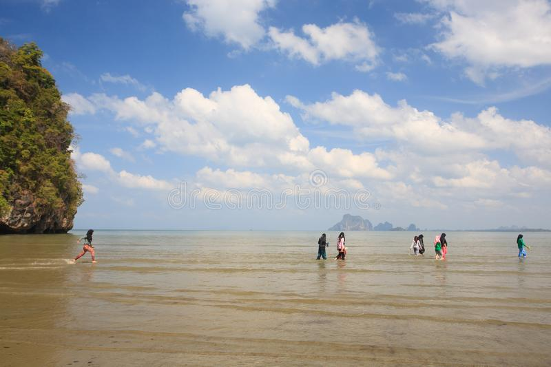 Gelukkige moslimmeisjes of tienerjaren die in het overzees tijdens de zomer genieten van va stock afbeeldingen