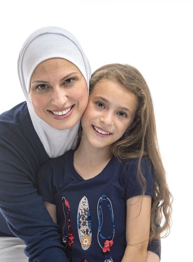 Gelukkige Moslimmoeder die Haar Dochter koesteren royalty-vrije stock fotografie