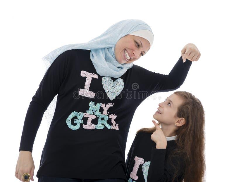 Gelukkige Moslimmoeder en Dochter in Liefde met elkaar royalty-vrije stock afbeelding