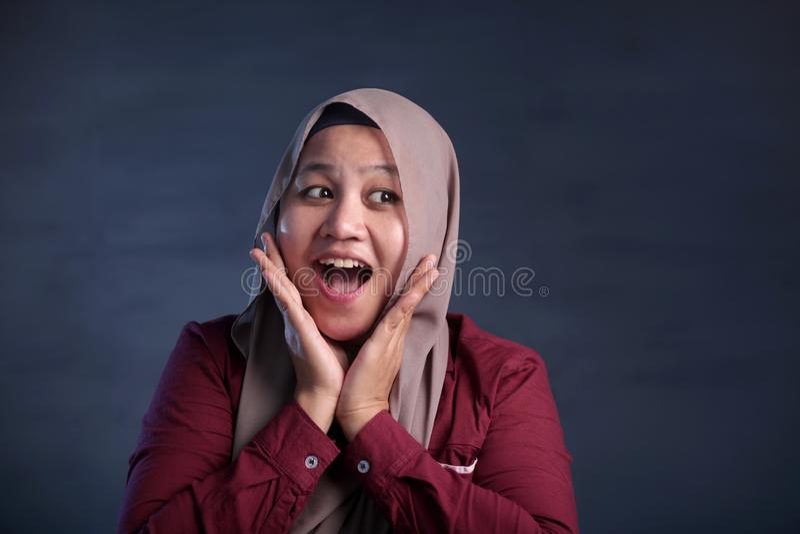 Gelukkige Moslimvrouw die met het Denken Uitdrukking glimlachen stock afbeelding