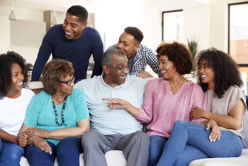 Gelukkige multigeneratie Afrikaanse Amerikaanse familie die samen thuis ontspannen royalty-vrije stock afbeelding