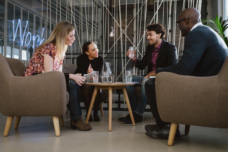 Gelukkige multiraciale bedrijfsmensen in vergadering royalty-vrije stock afbeelding
