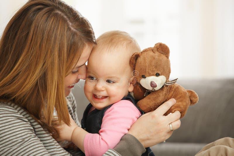 Gelukkige mum en baby met teddybeer stock afbeeldingen