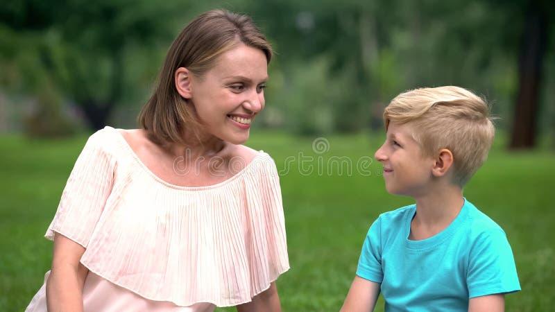Gelukkige mum en zoon die elkaar met liefde, bewust ouderschapconcept bekijken royalty-vrije stock foto