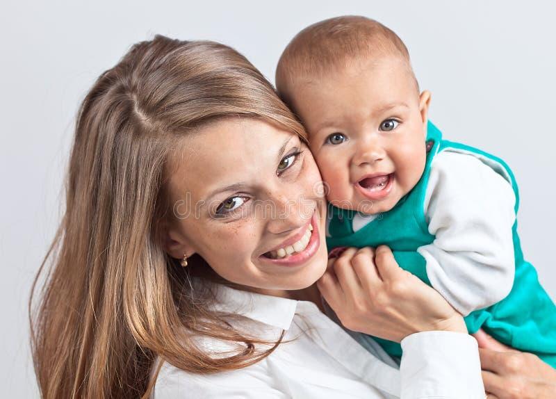 Gelukkige mum met de baby stock foto's