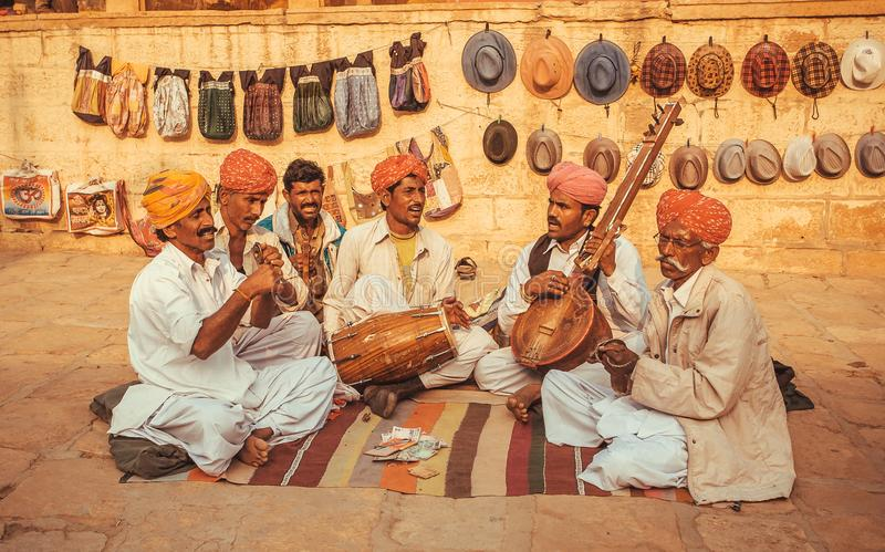 Gelukkige musici die muziek op verschillende traditionele instrumenten spelen openlucht royalty-vrije stock afbeeldingen