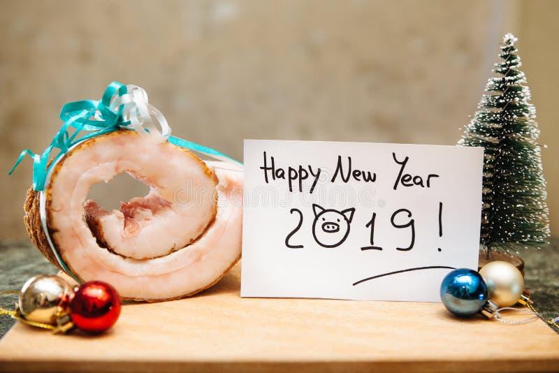 Gelukkige nieuwe jaar 2019 grappige kaart en varkensreuzel met ballendecoratie en boom royalty-vrije stock foto's