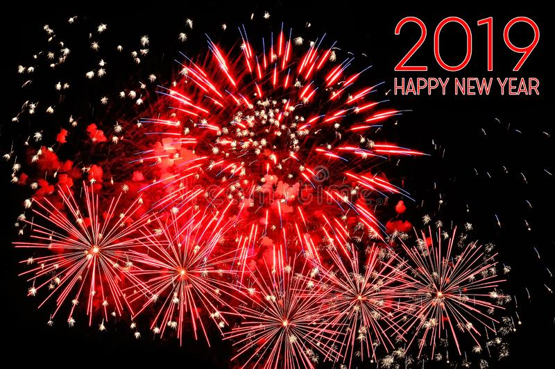 Gelukkige nieuwe jaar 2019 tekst van rode kleur en vuurwerk royalty-vrije stock foto