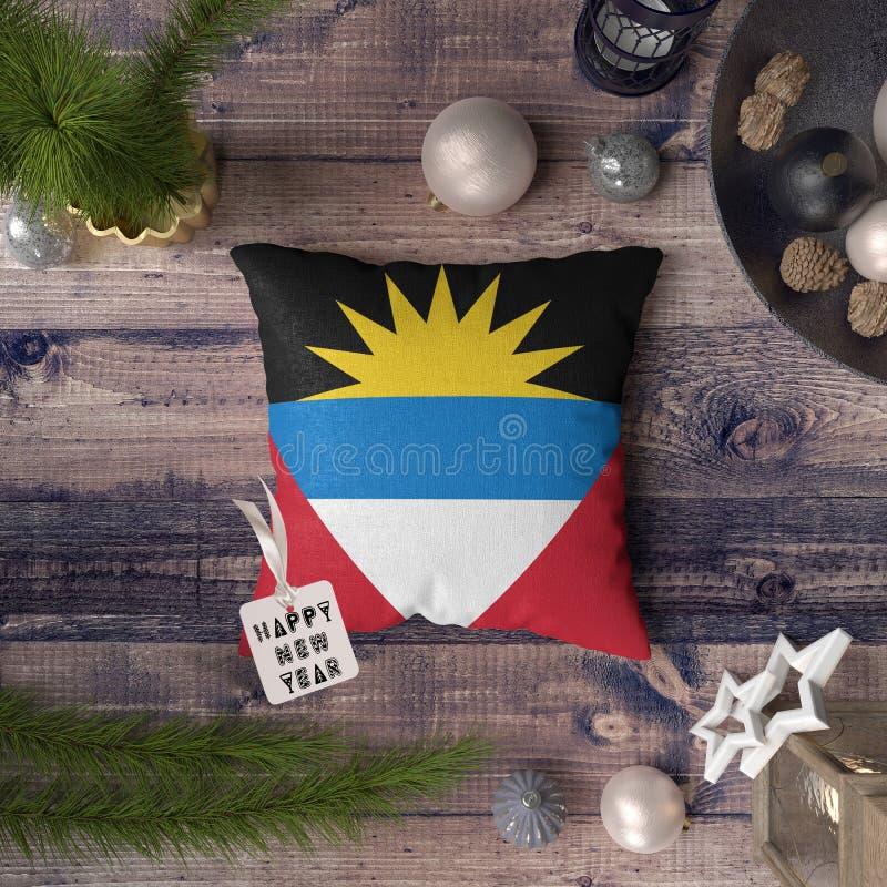 Gelukkige Nieuwjaarmarkering met Antigua en de vlag van Barbuda op hoofdkussen Het concept van de Kerstmisdecoratie op houten lij royalty-vrije stock foto's