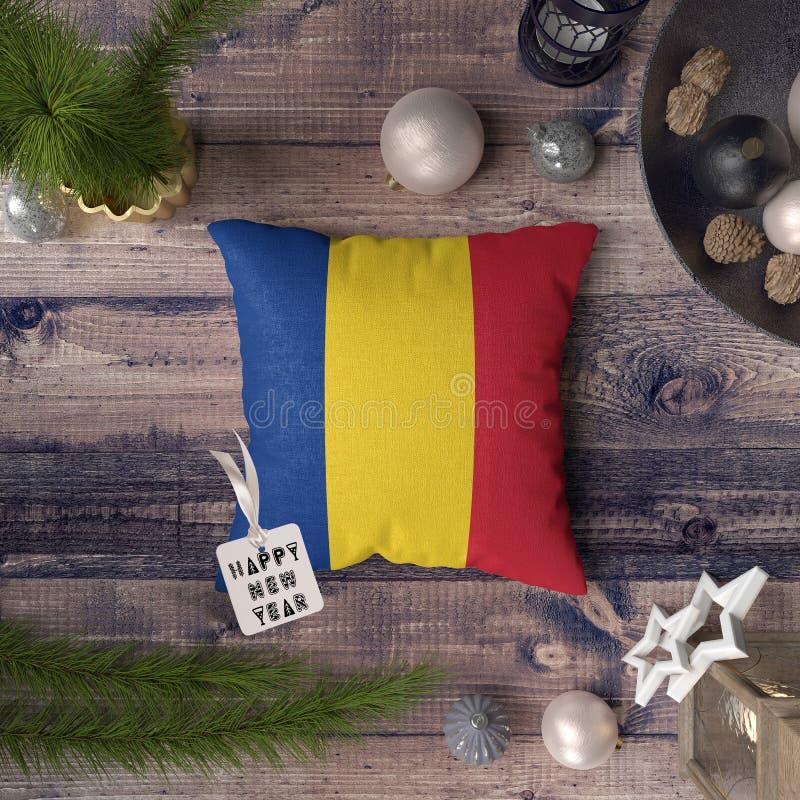 Gelukkige Nieuwjaarmarkering met de vlag van Roemeni? op hoofdkussen Het concept van de Kerstmisdecoratie op houten lijst met moo royalty-vrije stock foto's
