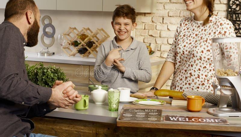 Gelukkige ochtend in de keuken stock foto