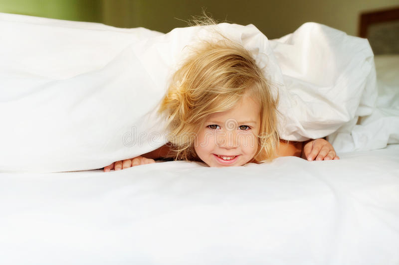 Gelukkige ochtendbaby stock fotografie