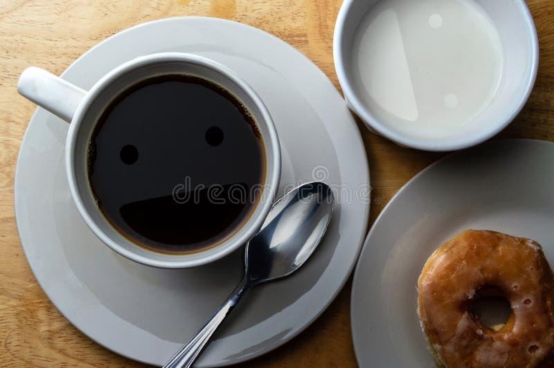 Gelukkige Ochtendkoffie, Room en doughnut royalty-vrije stock afbeeldingen