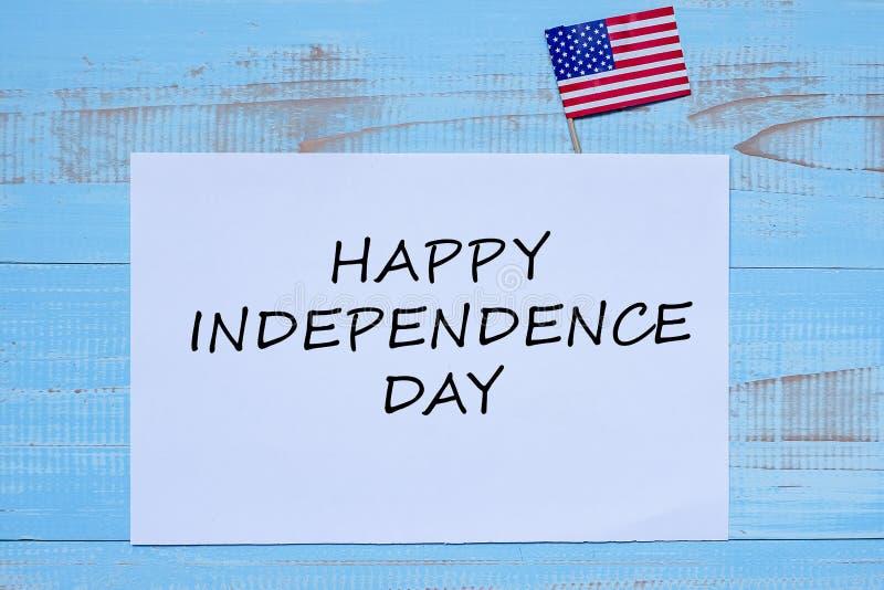 Gelukkige Onafhankelijkheidsdag met vlag van de Verenigde Staten van Amerika op blauwe houten achtergrond royalty-vrije stock foto