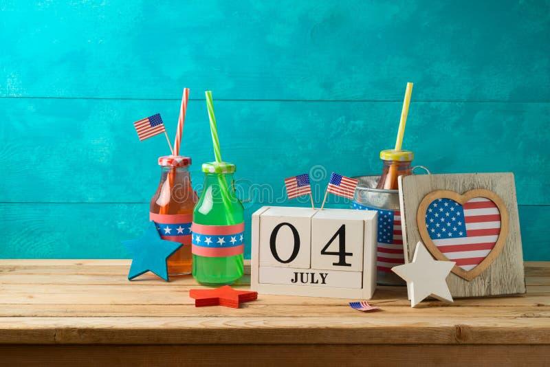 Gelukkige Onafhankelijkheidsdag, vierde van Juli-vieringsconcept met partijdranken en Amerikaanse vlag op houten lijst stock fotografie