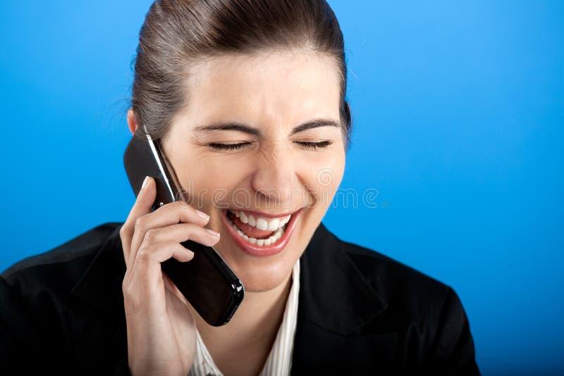 Gelukkige onderneemster die bij telefoon roept stock afbeelding