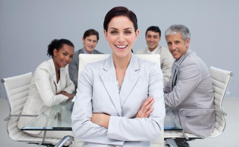 Gelukkige onderneemster die in een vergadering glimlacht stock afbeeldingen