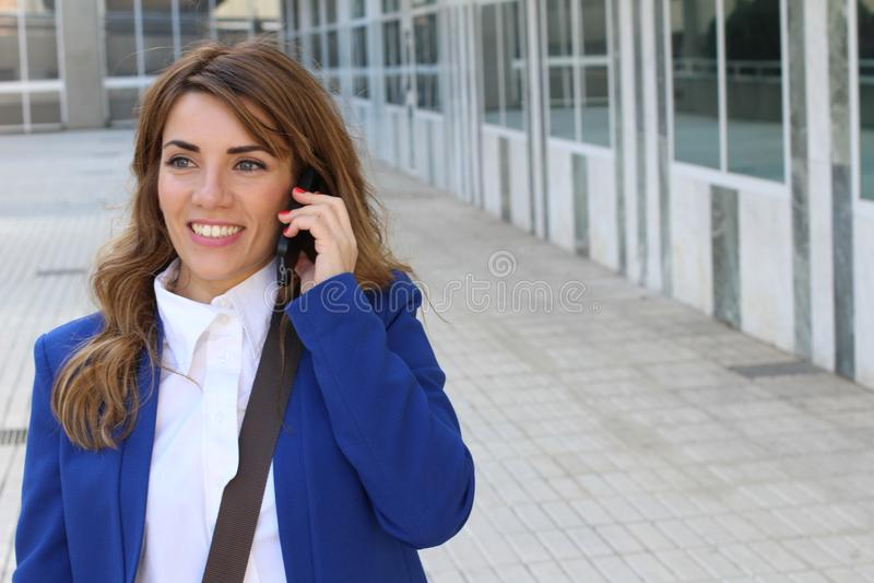 Gelukkige onderneemster die telefonisch roept stock foto's