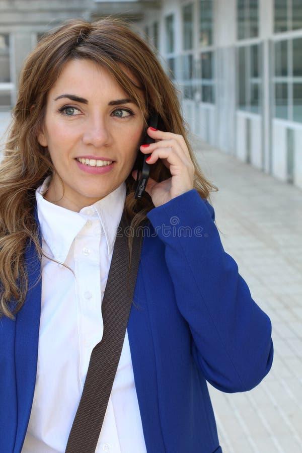 Gelukkige onderneemster die telefonisch roept stock afbeeldingen