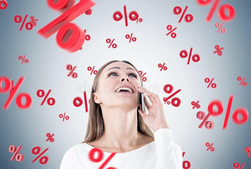 Gelukkige onderneemster op telefoon, percenten royalty-vrije stock afbeelding