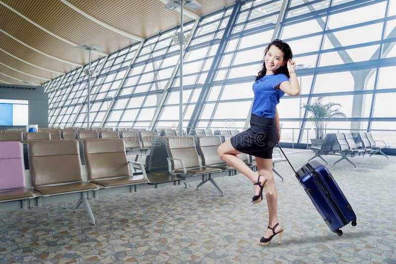 Gelukkige onderneemstertribunes in de luchthaventerminal royalty-vrije stock afbeelding