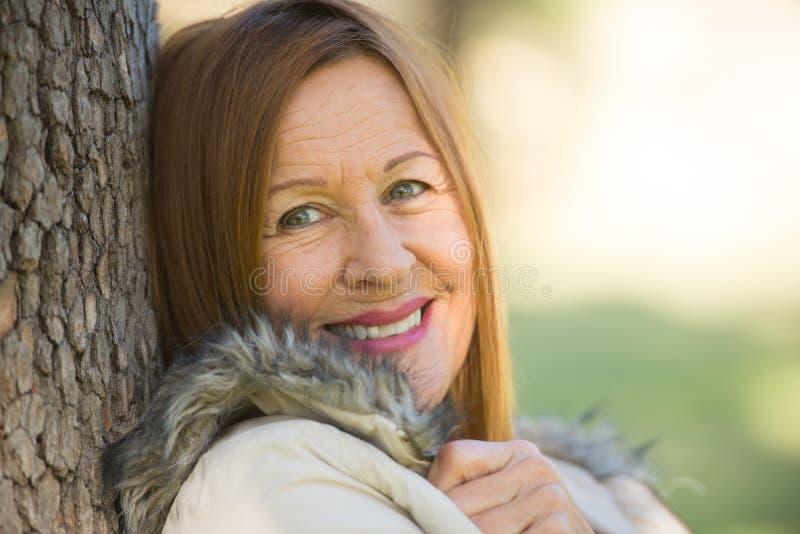Gelukkige ontspannen aantrekkelijke rijpe vrouw stock fotografie