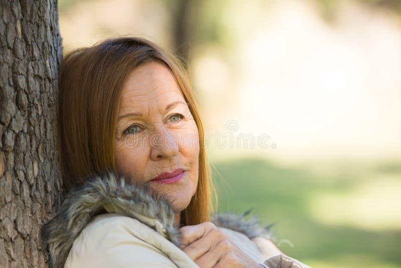 Gelukkige ontspannen aantrekkelijke rijpe vrouw royalty-vrije stock foto's