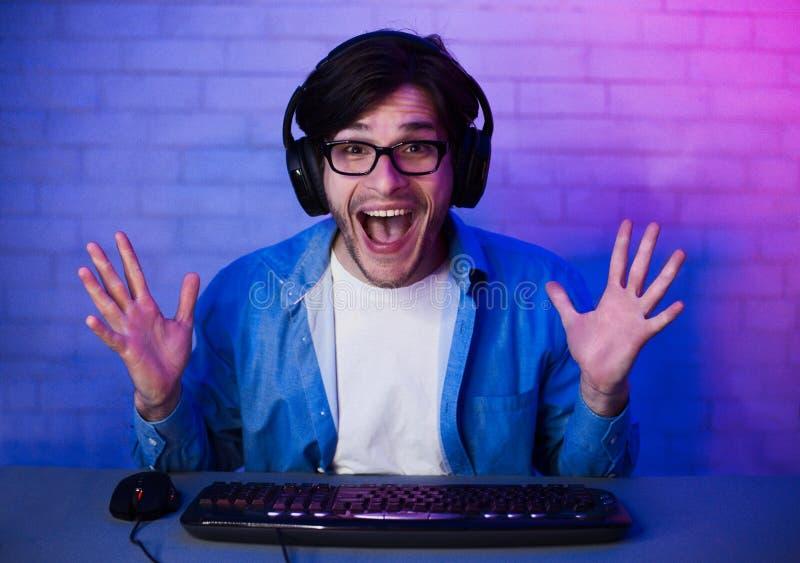Gelukkige Opgetogen Gamer die Online Computerspel winnen stock afbeeldingen