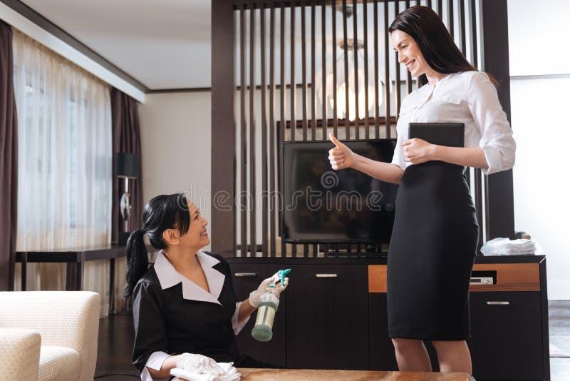Gelukkige opgetogen manager die met haar meisjeswerk worden tevredengesteld royalty-vrije stock foto's