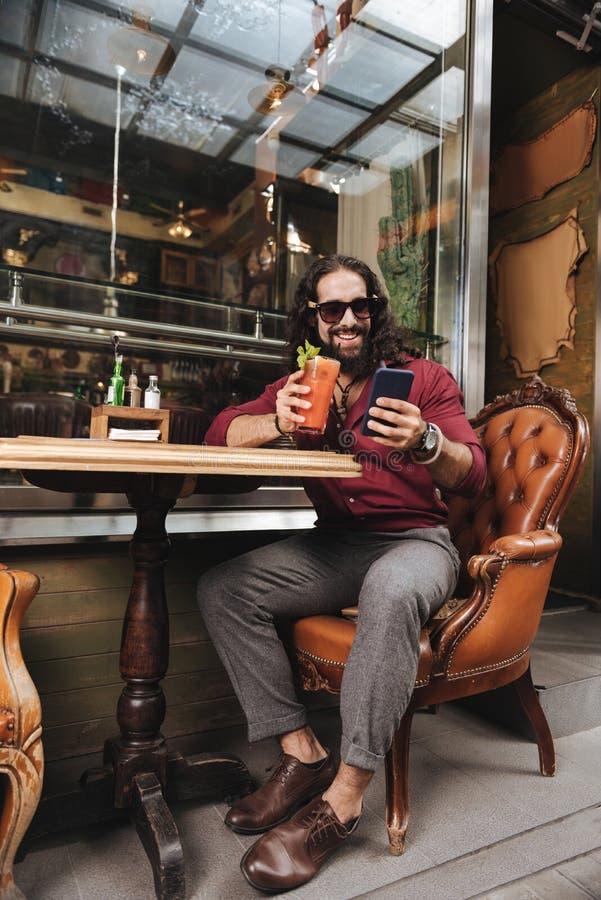 Gelukkige opgetogen mens die van zijn rust genieten royalty-vrije stock fotografie