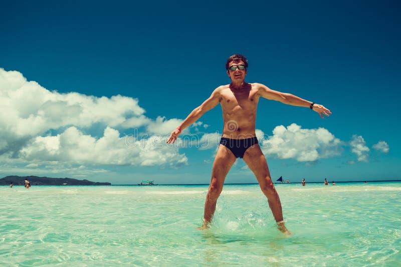 Gelukkige opgewekte vrolijke grappige mens die in zwemmende beschermende brillen van de vakantie van het de zomerstrand genieten  royalty-vrije stock afbeelding