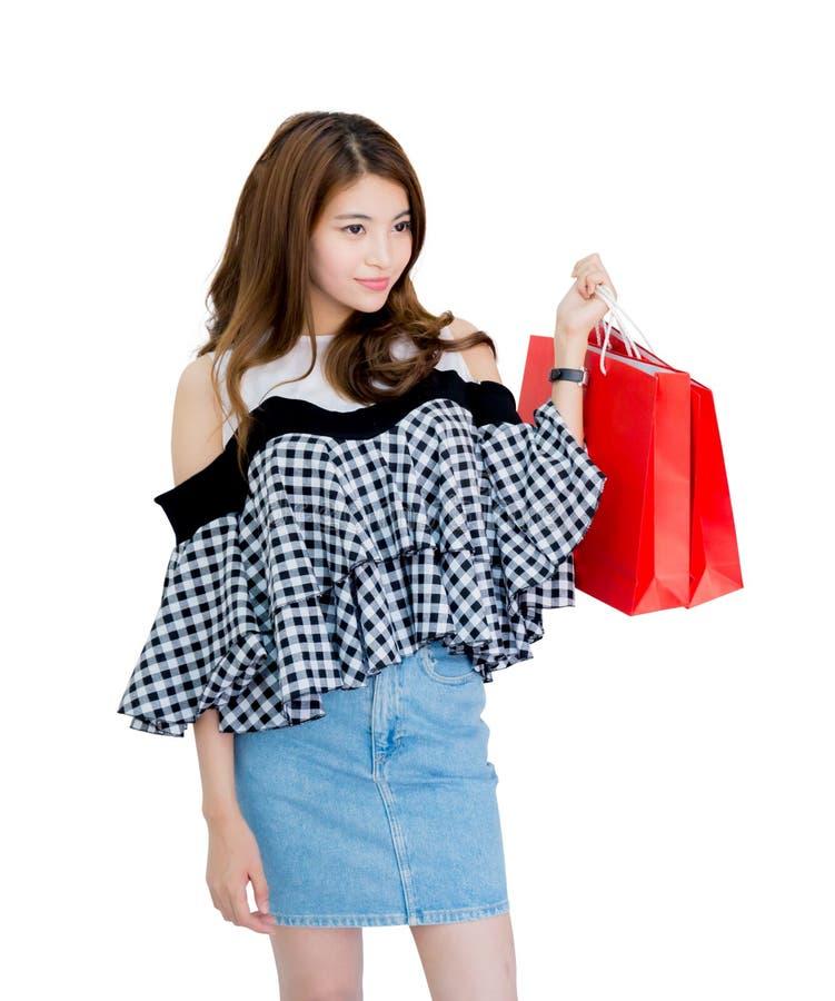 gelukkige opgewekte vrouw die en kleurrijke het winkelen zakken bevinden zich houden royalty-vrije stock foto