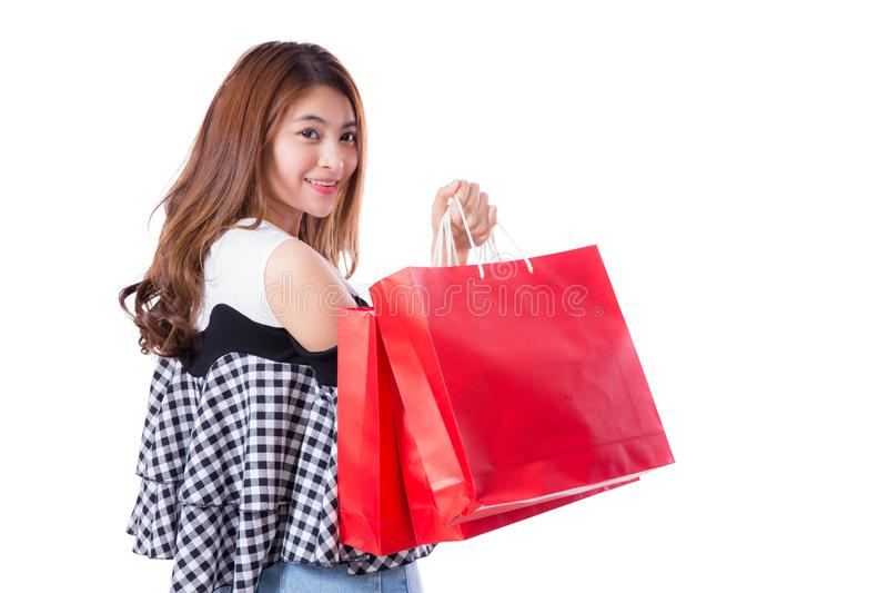 Gelukkige opgewekte vrouw die en kleurrijke het winkelen zakken geïsoleerd bevinden zich houden royalty-vrije stock foto