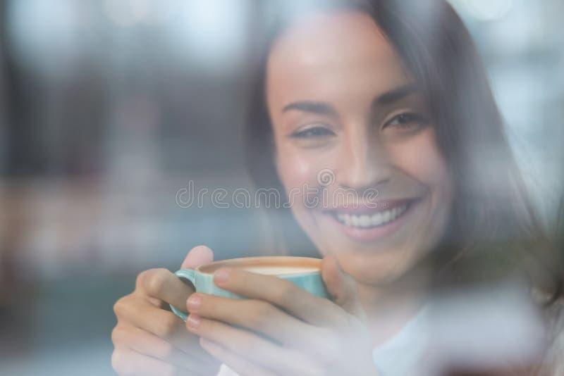 Gelukkige optimistische vrouw het drinken cappuccino stock fotografie