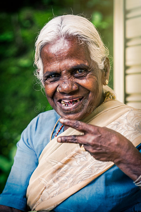 Gelukkige oude Indische vrouw Bejaarde rimpels stock foto