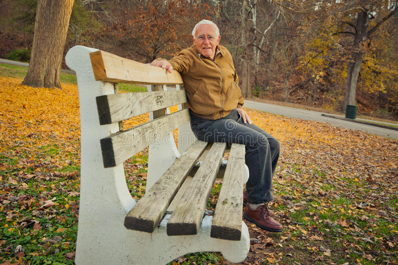 Gelukkige Oude Mens op Bank royalty-vrije stock fotografie