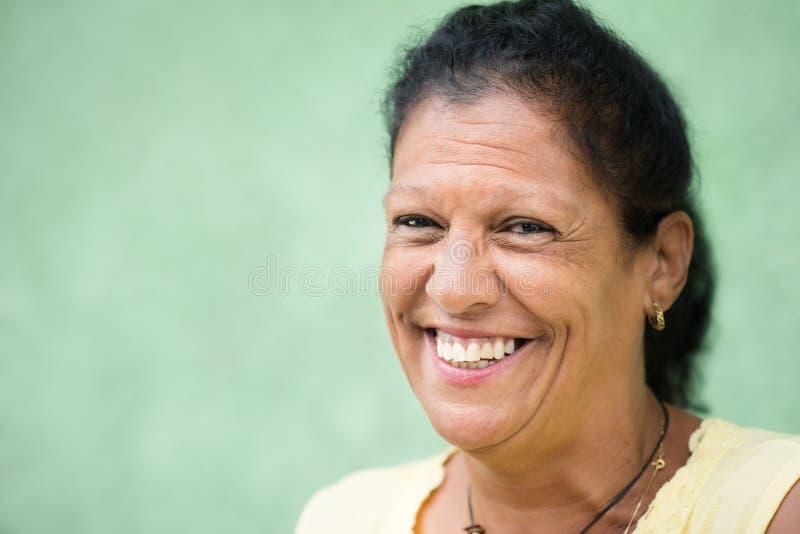 Gelukkige oude Spaanse vrouw die bij camera glimlacht stock afbeeldingen