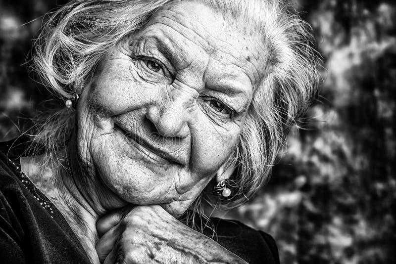 Gelukkige oude vrouw royalty-vrije stock afbeelding
