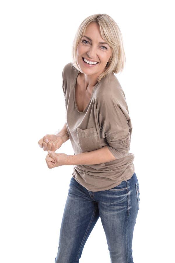 Gelukkige oudere geïsoleerde blonde vrouw in jeans en witte tanden royalty-vrije stock fotografie