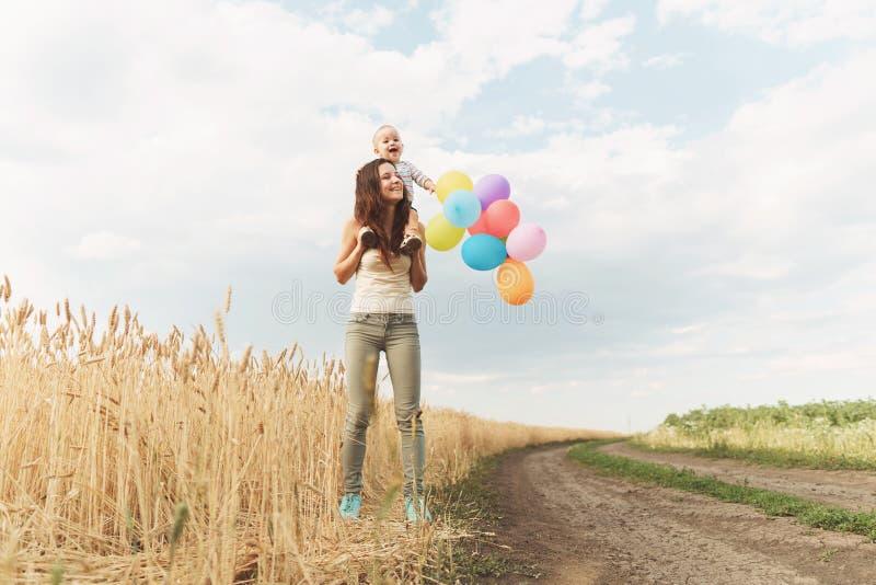 Gelukkige ouders, kinderjaren, familieweekend stock foto