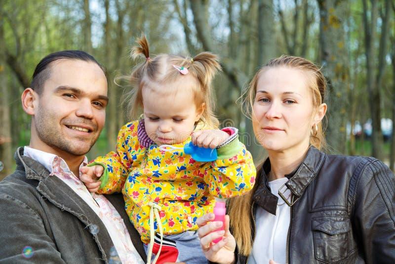 Gelukkige ouders met dochter openlucht royalty-vrije stock fotografie