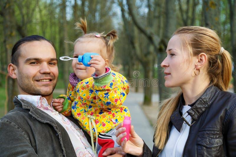 Gelukkige ouders met dochter openlucht royalty-vrije stock foto